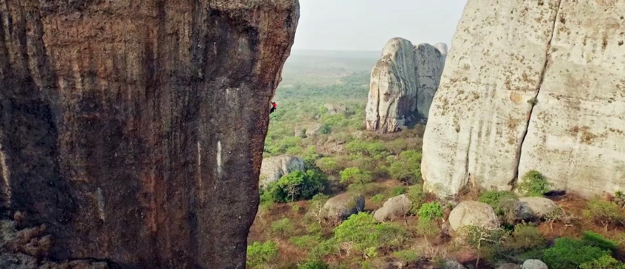 Alex Honnold klatrer i Angola